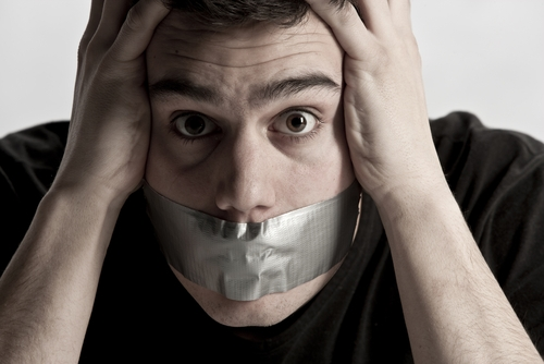Мужчина со ртом, заклеенным промышленным скотчем