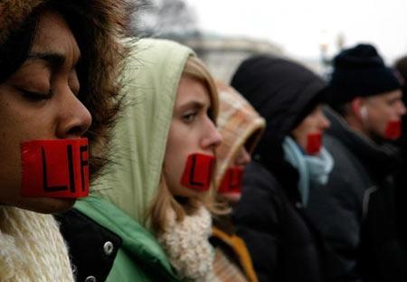 Митинг против абортов в Вашингтоне, заклеенные рты