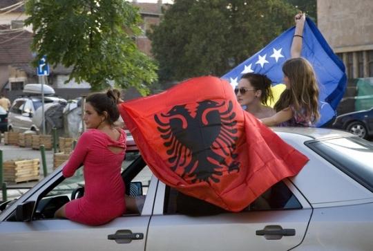 Косовские албанки празднуют подтверждение их независимости