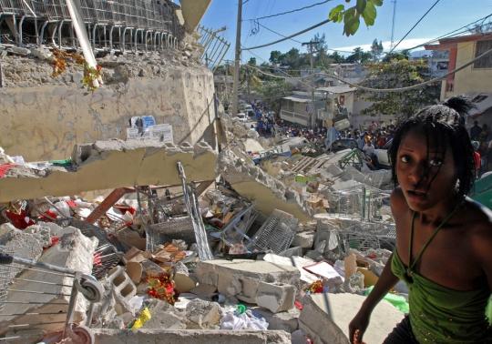 Гаитянка на развалинах после землетрясения 2010 года